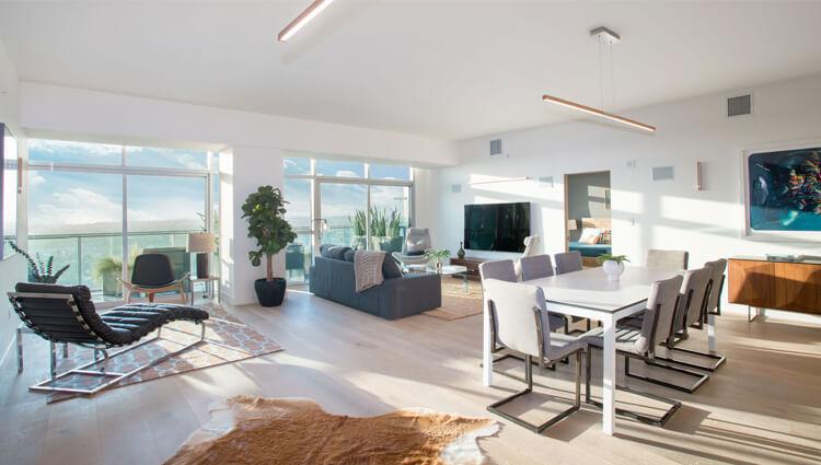 Obývačka s kuchyňou - Ako tráviť viac času s rodinou? Vyskúšajte spojiť obývačku s kuchyňou.